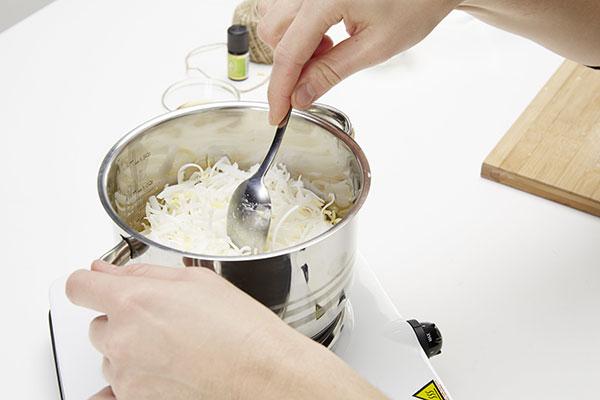 4. PŘÍMĚSI Potom přimícháme destilovanou vodu, olivový olej, kokosový olej a med. Nakonec přidáme několik kapek pomerančového oleje. foto: Möbelix