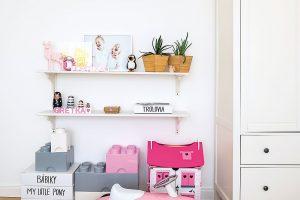"""Pevné bílé krabice, vnichž posílá objednávky Míšin oblíbený """"concept store"""", majitelka využila na hračky. FOTO Nora aJakub Čaprnka"""