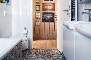 Vymyšleno do detailu Nakonec se do koupelny vešlo vše, co si rodina přála – vana i sprchový kout, dokonce i dvě umyvadla. Základem však bylo najít zařízení s optimálními rozměry. FOTO JAKUB ČAPRNKA