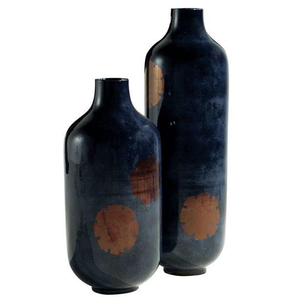 Váza Aka Hanawa, design Kenzo Takada, v modré a červené barvě, výška 77 cm, šířka 36,5 cm, info o ceně na www.roche-bobois.com