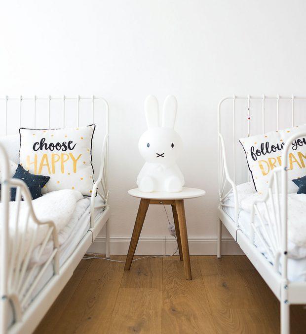 V noci si malé slečny mohou posvítit veselou lampičkou Miffi vetvaru zajíčka od designérského studia Mr Maria. FOTO Nora aJakub Čaprnka