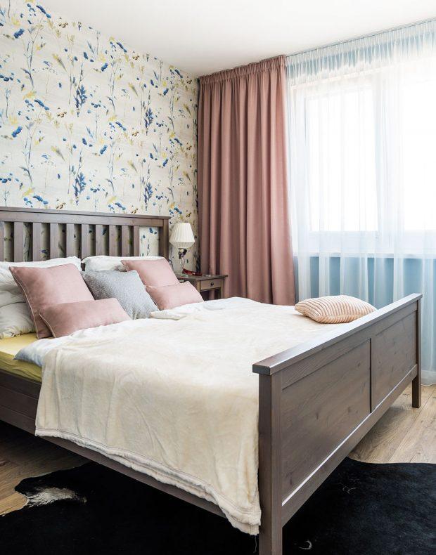 Barevné ladění je pro příjemný dojem z interiéru klíčové. Postel z Ikey a tapeta – svatební dar – tvoří sympatickou kombinaci, která mladou rodinu nezruinuje. FOTO JAKUB ČAPRNKA