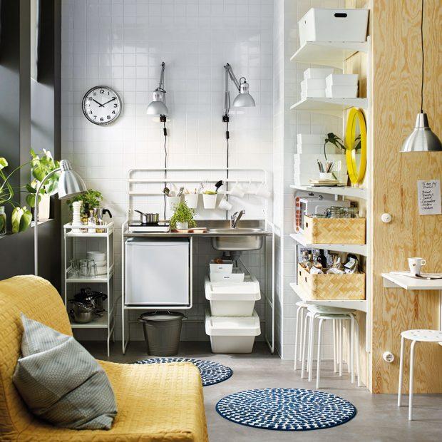 Rafinované skrýše je možné vytvářet ve stěnách, ale ipomocí regálů, závěsných poliček arůzných úložných krabic. foto IKEA