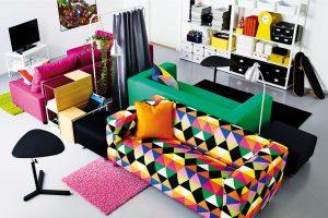 """Pokud zvolíte extravagantní gauč s křiklavým geometrickým vzorem, doplnit ho můžete i dalšími barevnými doplňky – třeba kobercem, lampou nebo stoličkou. Aby místnost nebyla příliš """"bláznivá"""", zůstaňte u jednobarevných ploch bez dalších ornamentů. FOTO IKEA"""