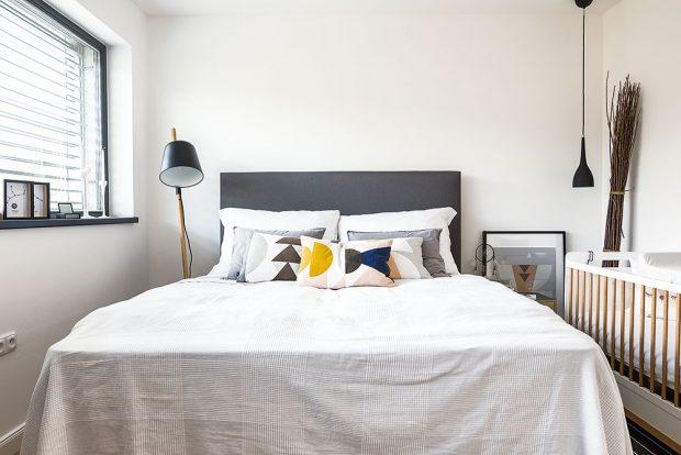 Pěkným prvkem jsou rozdílné noční lampičky – stojanové svítidlo na jedné straně postele doplňuje závěsná lampa na opačné. FOTO Nora aJakub Čaprnka