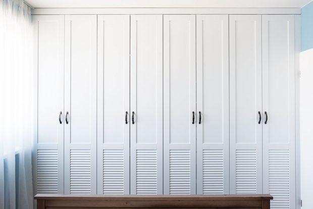 Šatní skříň nemusí být jen nutným zlem – plastické členění změnilo dveře v příjemnou grafickou plochu. FOTO JAKUB ČAPRNKA