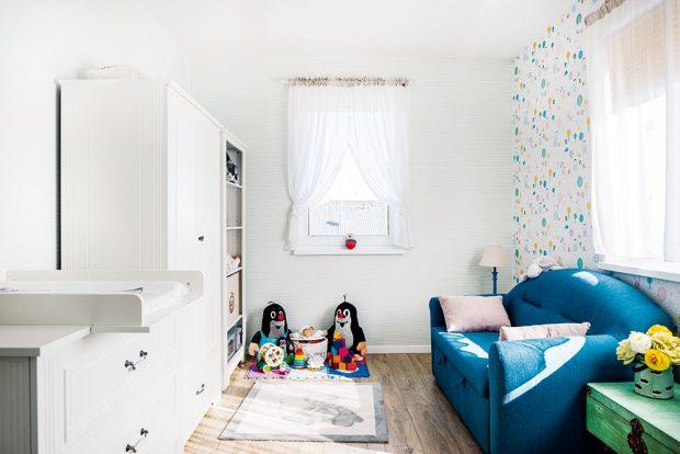 """Nábytek do dětského pokoje si Adriána vyhlédla na stránce českého prodejce. Původně hledala pěknou, stylovou postýlku za rozumnou cenu, nakonec tu koupili zařízení do celého pokoje. """"Je to nábytek, který určitě využijeme více let,"""" zdůvodňuje architektka. FOTO JAKUB ČAPRNKA"""