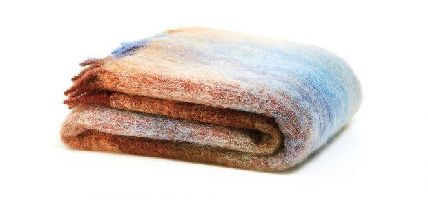Hladká deka střásněmi aefektem ombré, 130 x 170 cm, 64 % vlna, 34 % mohér, 2 % polyamid, 3299 Kč, www.zarahome.com/cz