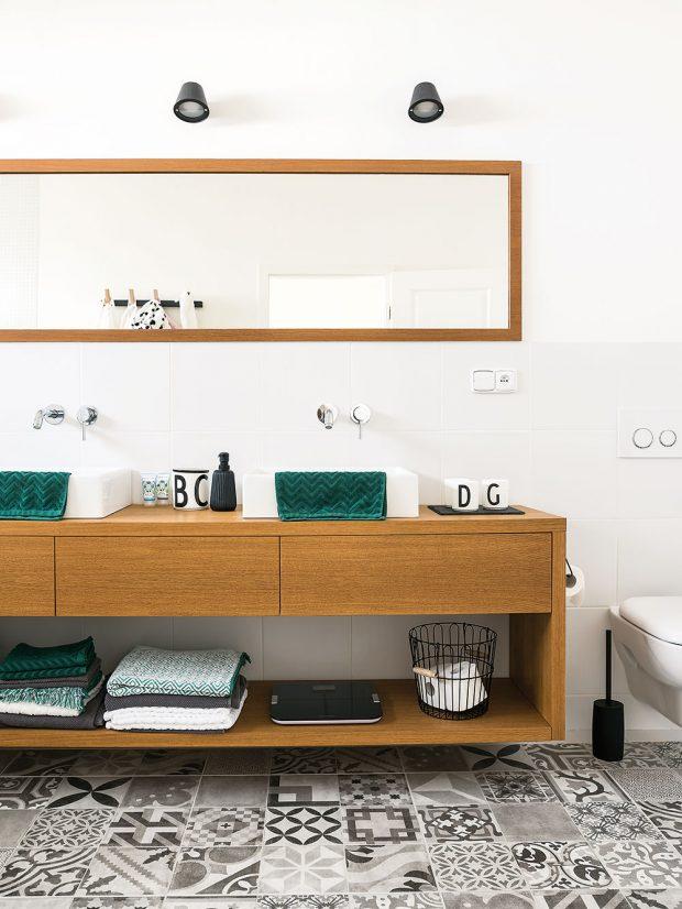 Hlavní koupelna svanou, tzv. dívčí, je vposchodí – slouží malým slečnám ajejich mámě. Tu pro hosty vpřízemí používá táta. FOTO Nora aJakub Čaprnka