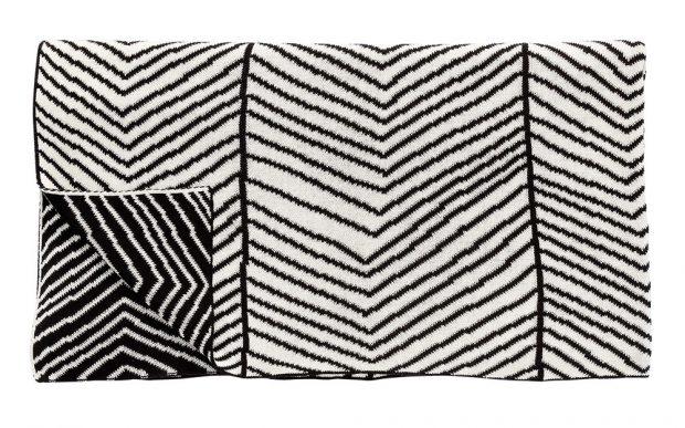Bavlněný pléd Arrow, černo-bílý, 130 x 200 cm, 3079 Kč, www.nordicday.cz