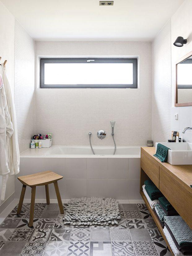 Díky širokému oknu je koupelna během dne zalitá světlem. FOTO Nora aJakub Čaprnka