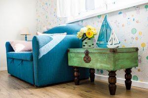 Kufrová komodka v dětském pokoji patří k úlovkům z internetové stránky www.sashe.sk. FOTO JAKUB ČAPRNKA