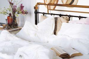 Ložnice ve stylu Provence: Přírodní materiály a světlé barvy