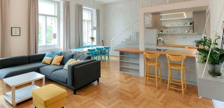 Bílý byt osvěžený modrou a žlutou: Neutrální základ s překvapivým barevným akcentem