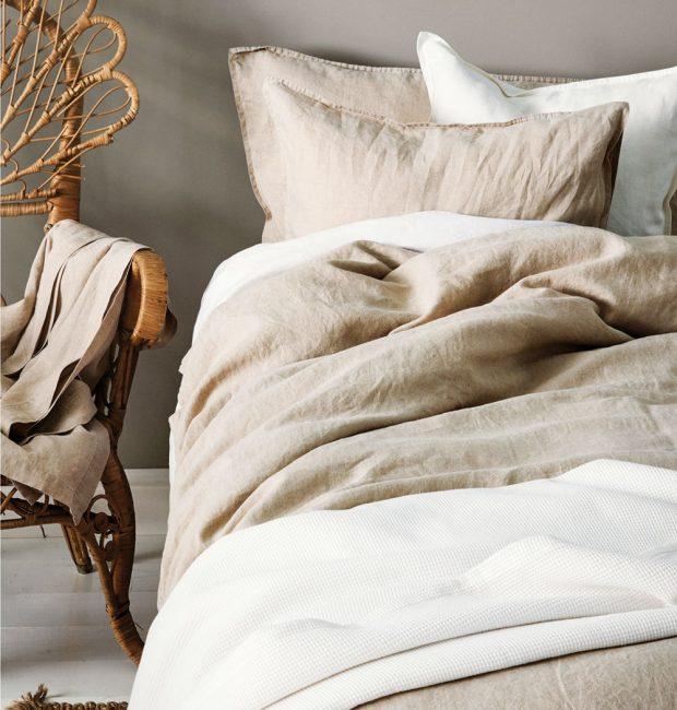 Přírodní materiály, jako je len, hedvábí či bavlna, nesmí chybět vžádné romanticky laděné ložnici. Jsou zdravé apříjemné na dotyk, radost vnich poležet.