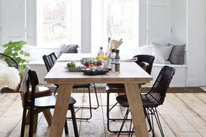 Není nutné, aby stůl a židle byly stejné barvy a stejného materiálu. Naučte se správně kombinovat, vytvoříte si tak originální prostor. foto BONAMI