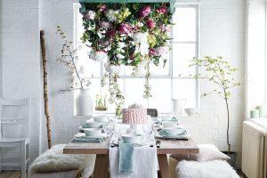 Působivou romantickou jídelnu vytvoříte i s obyčejnou jídelní sestavou v podobě jednoduchého dřevěného stolu a dvou lavic. Důležité jsou další dekorace, jako květiny, kožešiny na lavicích a nádobí na stole. FOTO NEPTUNE
