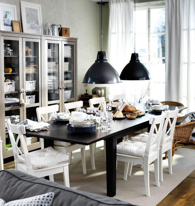 Velký rozkládací stůl, spousta židlí a nádobí. To je jídelní prostor pro početnou rodinu. Klasickými tvary a kombinací černé a bílé barvy nikdy nic nezkazíte. Aby bylo stolování ještě příjemnější, doplňte židle o pohodlné polstrované sedáky. FOTO IKEA