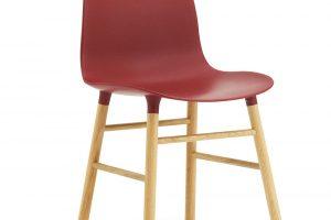 Židle Form, od Normann Copenhagen, design Simon Legald, výška 78 cm, délka 48 cm, hloubka 52 cm, výška sedáku 43 cm, dubové dřevo, plast, 6 490 Kč, www.designville.cz