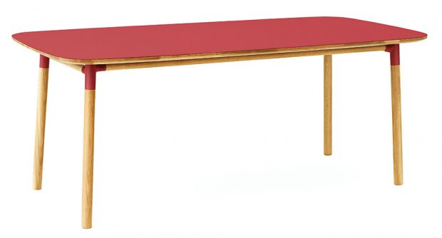 Stůl Form, od Normann Copenhagen, design Simon Legald, 95 x 200 cm, červená, dub, 49 900 Kč, www.designville.cz