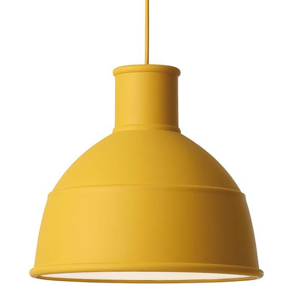 Lampa Unfold, od Muuto, design Formu Us With Love, výška 30 cm, průměr 30,2 cm, 3,5 m dlouhý kabel, akrylový difuzér, silikonová guma, hořčicová barva, 4 560 Kč, www.designville.cz