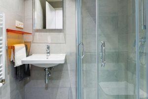 Vybavení koupelny, stejně jako podlahy či dveře, si mohou klienti vybrat znabídky standardů, vjejichž rámci je kdispozici více typů zařízení, barev či dekorů. Ztéže nabídky vybírali iarchitekti při zařizování vzorových bytů. FOTO MIRO POCHYBA