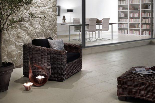 RAKO Unistone: Dvě místnosti, jedna série Podlahová série Unistone s optikou přírodního kamene nabízí glazované slinuté dlaždice v přírodních barvách ve formátu 60 x 60 cm, 30 x 60 cm a 33 x 33 cm. www.rako.cz.