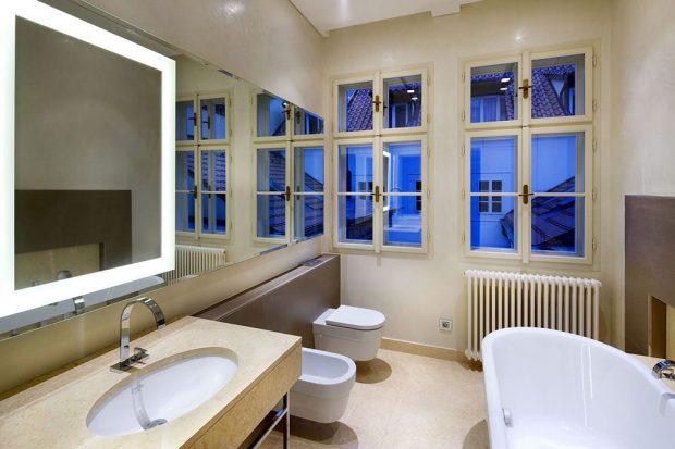 Koupelna barokního domu u Karlova mostu vybavena ocelovýcm článkovým radiátorem Anova Line s připojením na míru. foto Laurens Czech republic