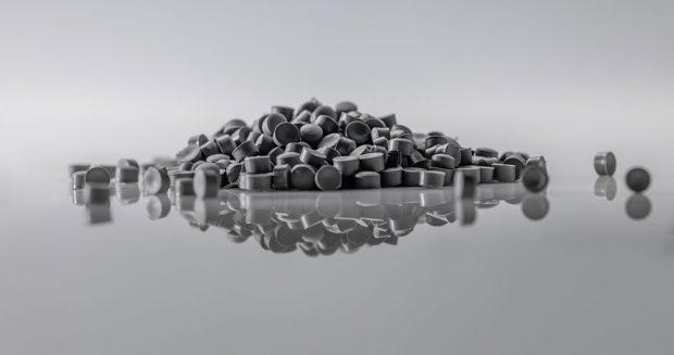 Regranulovaný PVC materiál určený pro výrobu okenních profilů. zdroj REHAU