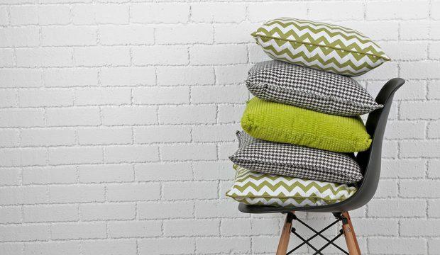 Měkké polštáře, deky a plédy, které vykouzlí v okoukané místnosti novou atmosféru