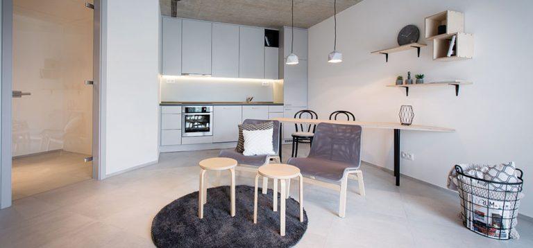 Malá pražská garsoniéra, která se může svou vzdušností a velikostí měřit i s většími bytmi