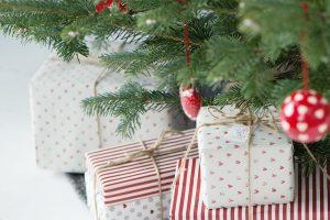 Červená barva je typická pro tradiční Vánoce. Vytvoří útulnou aslavnostní atmosféru amůžete ji kombinovat se zelenou, zlatou, bílou barvou nebo spřírodními ozdobami všeho druhu. fofo Bloomingville