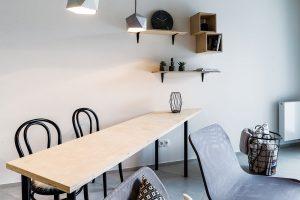 Jídelní stůl je sice úzký, ale dlouhý. Vede ode zdi adá se využít také jako pracovní prostor. FOTO FRANTIŠEK GÉLA, FABIÁN FRONČEK
