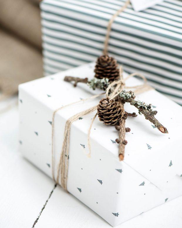 Chcete-li mít vše dotažené do posledního detailu, slaďte barvu vánočních ozdob sbarvou balicích papírů. To nejjednodušší bývá tím nejhezčím. Stačí vám obyčejný béžový nebo šedý balicí papír, který dozdobíte větvičkou, šiškou amotouzem.