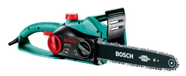 Bosch AKE 35 S, elektrická řetězová pila, včetně náhradního řetězu, délka lišty 35 cm, jmenovitý počáteční výkon 1 800 W, hmotnost 4 kg, 2240 Kč, prodává Hornbach.