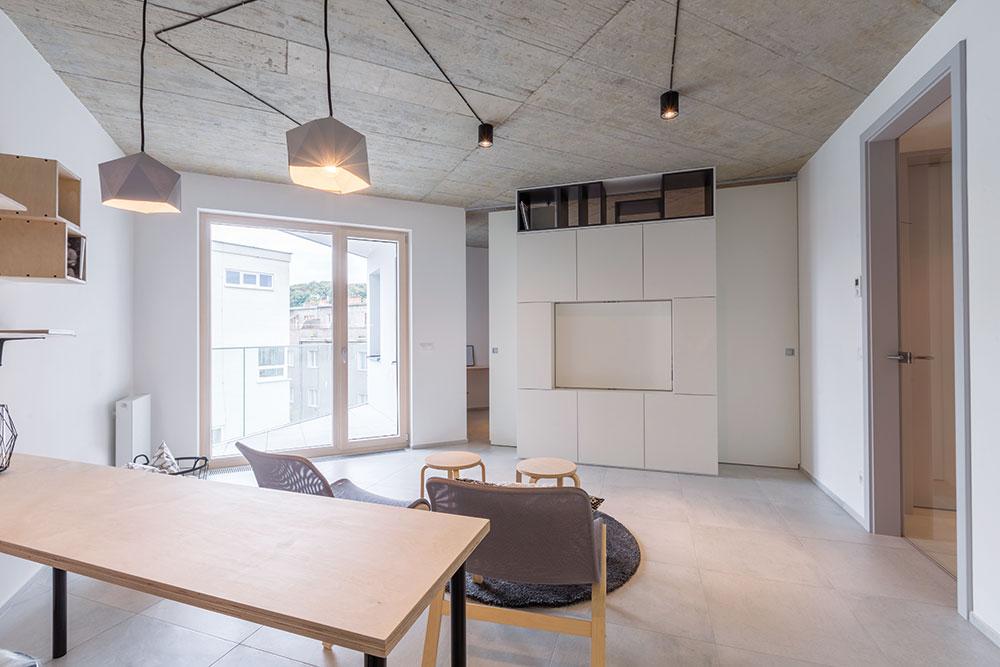 """8859c638ad Velkou místnost architektka rozdělila posuvnými dveřmi, doplněnými o  velkorysý úložný prostor. Vznikl tak další """"pokoj"""", kde je oddělená ložnice."""