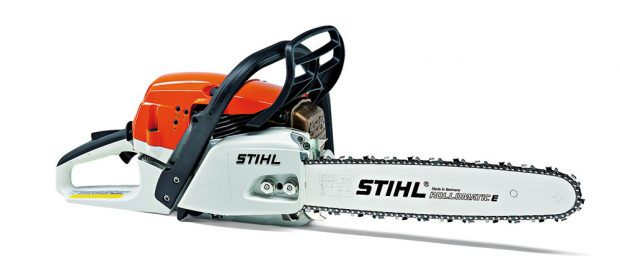 STIHL MS 261, motorová pila sbenzinovým motorem 3,0 kW, úsporná, snízkými vibracemi, univerzálně použitelná při ošetřování lesních kultur ahustých porostů, při stavebních pracích apři řezání palivového dříví, 18 790 Kč.