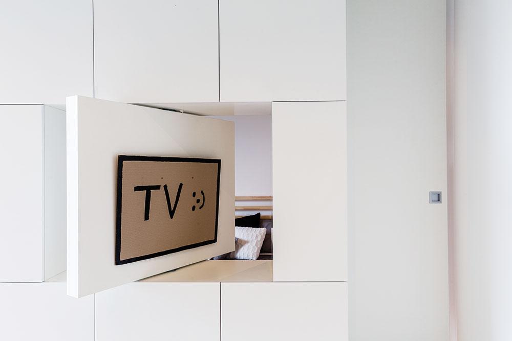 Sumístěním televize si architektka vyhrála. Díky otočnému modulu ji lze totiž sledovat buď zobývací části, nebo zpohodlné postele za stěnou. FOTO FRANTIŠEK GÉLA, FABIÁN FRONČEK