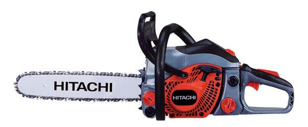 """Hitachi CS40EA, benzínová pila, motor Pure Fire se sníženými emisemi škodlivin, funkce """"PRIMER"""" pro snadné startování, mazání řetězu je automatické, délka lišty 45 cm, výkon 1,8 kW, hmotnost 4,5 kg, 8490 Kč, prodává Hornbach"""
