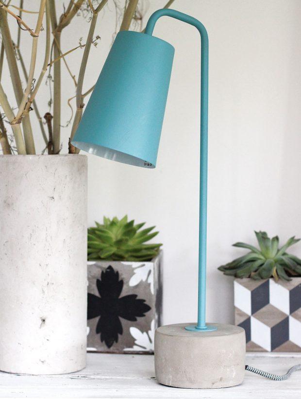 Modrá stolní lampa Red Cartel Placido má rozměry 11 x 45 cm avyrobena je zkovu. Její podstavec zbetonu apřívodní kabel je potažen textilními vlákny. Lampu je vhodné doplnit světelným zdrojem E14, 15 W.