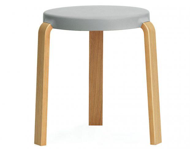 Stolička Tap Stool od Norman Copenhagen, dubové dřevo, polyuretanová pěna, výška 43 cm, průměr 41 cm, 4 890 Kč, www.designville.cz