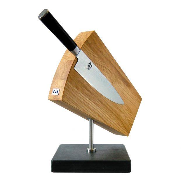 Stojan na nože od japonské značky Kai, magnetický, otočný, černá břidlice, dubové dřevo, 31 × 18 × 34 cm, umývat jen pod tekoucí vodou, 429 €, www.bellatavola.sk