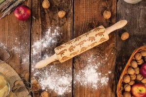 Pomocí kuchyňského válce TOM, který je vyrobený zdubového dřeva, si můžete vyrobit originální sušenky, nebo vánoční pečivo. Válečky srozměry 220 x 62 mm arůznými vzory najdete na www.fler.cz, uvýrobce L2M Technology.