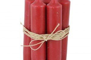 Pro obyčejné červené užší svíčky najdete uplatnění vždycky. Hodí se do věnců, svícnů nebo třeba vysokých sklenic či květináčů. Sadu 6 kusů sprůměrem 2,2 cm adélkou 11 cm pořídíte na www.bellarose.cz za 84 Kč.