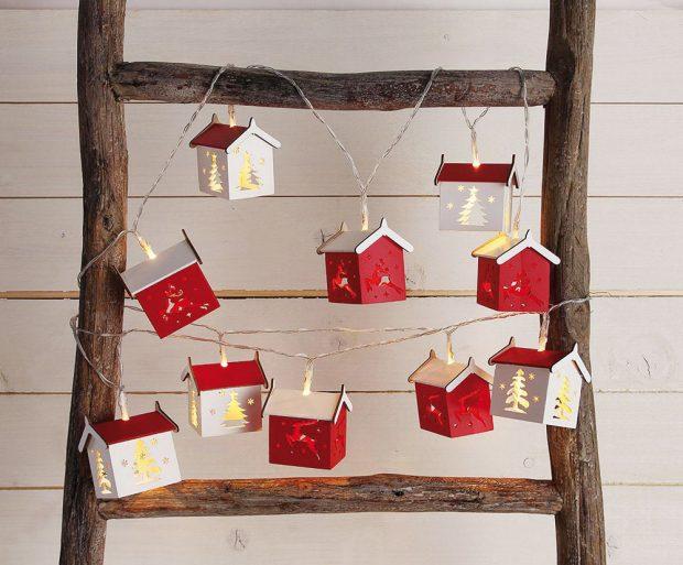 Vánoční světelnou chaloupkovou girlandu rozmístěte na čelo postele, okno, nebo pověste na poličku. Řetěz odélce 180 cm arozměrech chaloupky 6 x 7 cm prodává Westwing za 599 Kč.