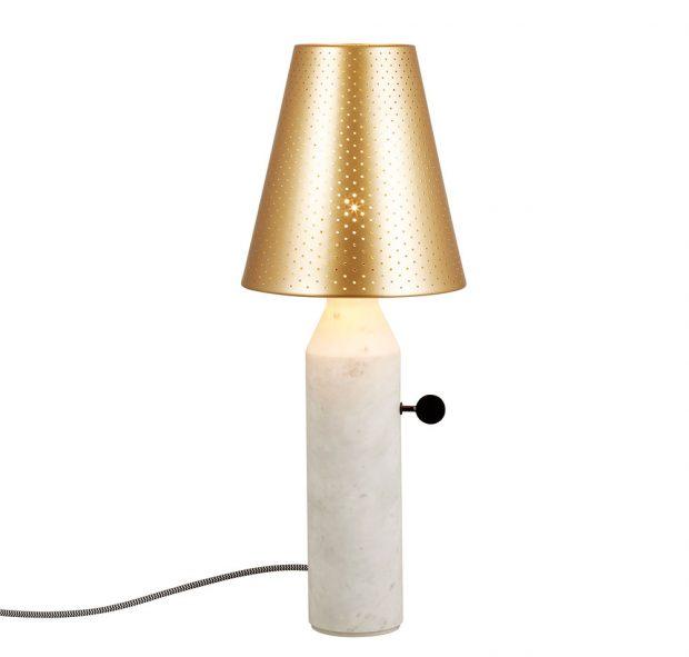 Tradiční tvar lampy Vulcain doplňují důmyslné detaily – jemné otvory vkovovém stínidle, které rozptýlí světlo.Vybrat si můžete podstavec zmramoru nebo oceli. Svítidlo je dostupné ve dvou velikostech (55 cm x 22 cm; 45 x 18 cm). Cena od 18433 Kč, www.monobrand.cz.