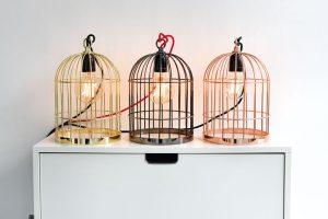 Na pracovním nebo nočním stolku vám bude zářit isvítidlo Bird cage, od Filament style. Lampa (33 x 21 cm) je kdispozici ve třech barevných provedeních, má 200 cm dlouhý textilní kabel aideální je klec dozdobit také originální žárovkou E27.