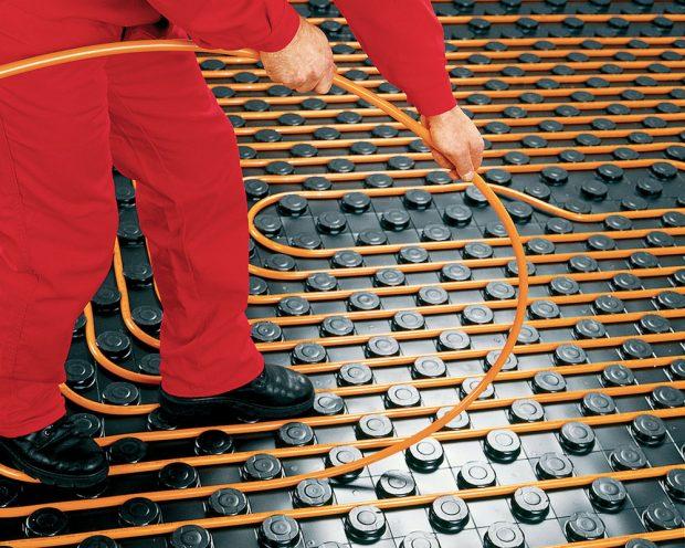 Ukládání topných kabelů pro teplovodní vytápění. FOTO GABOTHERM