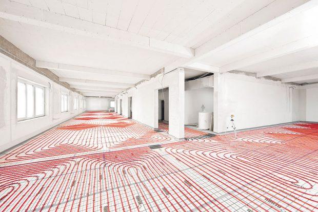Díky tomu, že pro teplovodní podlahové vytápění se hodí úspornější nízkoteplotní zdroj, můžete být, pokud jde pokud je o jeho plochu, velkorysý. FOTO REHAU