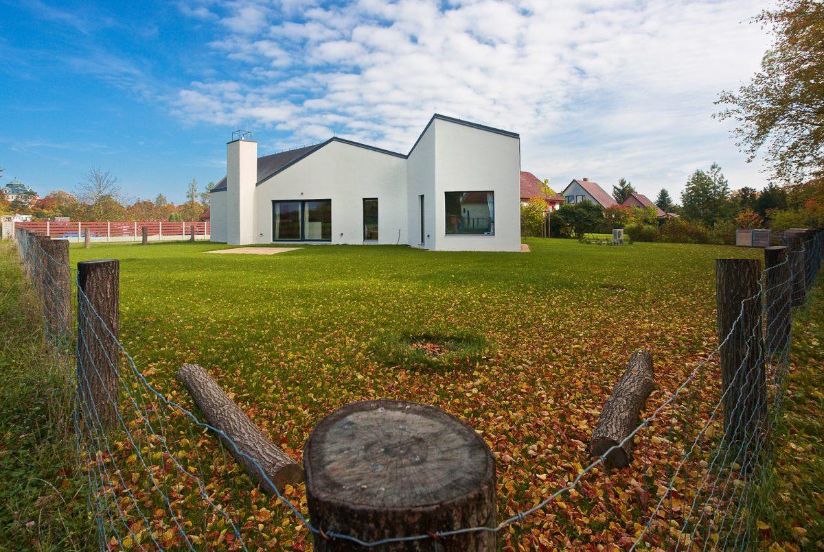 Dům se srdcem ve tvaru kruhu a korunou na hlavě odkazuje na sedlácké stavby